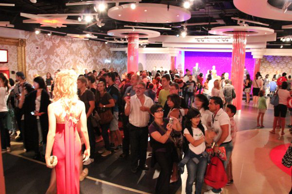 tłumy w muzeum figur woskowych w Londynie